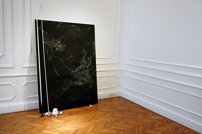 Nikolaus Gansterer, installation view, Ephemeral Coherences, 2017, Palais Wilczek, Sotheby's, Vienna, Fig. 17/01 (Meiner Ideenspur folgend), 2017, 200 x 140 cm, drawing on blackboard with objects